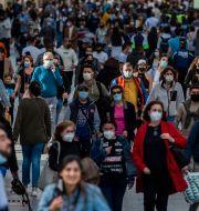 Människor på gatan i Madrid.  Manu Fernandez / TT NYHETSBYRÅN
