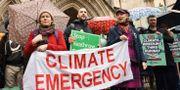 Klimatdemonstranter utanför domstolen idag Stefan Rousseau / TT NYHETSBYRÅN