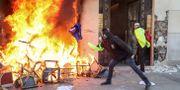 En affär på Champs-Elysees brinner på lördagen. ZAKARIA ABDELKAFI / AFP