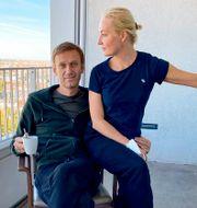 Aleksej Navalnyj och hans fru Julia, på sjukhuset i måndags. TT NYHETSBYRÅN