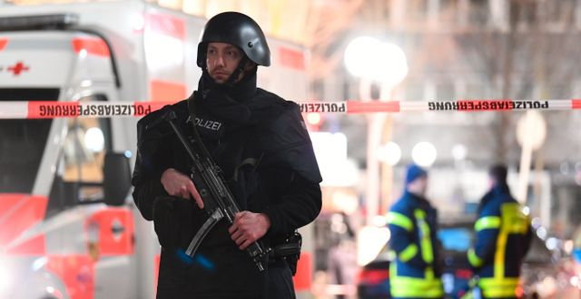 Polis vid platsen för en av dödsskjutningarna. Boris Roessler / TT NYHETSBYRÅN