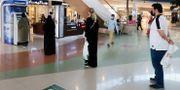 Illustrationsbild: Människor köar till en bankomat i Saudiarabiens huvudstad Riyad.  AHMED YOSRI / TT NYHETSBYRÅN
