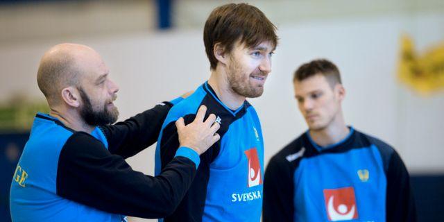 Svenska handbollslandslagets läkare Daniel Jerrhag klappar om Jonas Källman under tisdagens träning. Fredrik Sandberg/TT / TT NYHETSBYRÅN