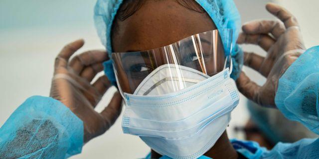 Vårdpersonal på en vårdcentral i Paris. BERTRAND GUAY / TT NYHETSBYRÅN