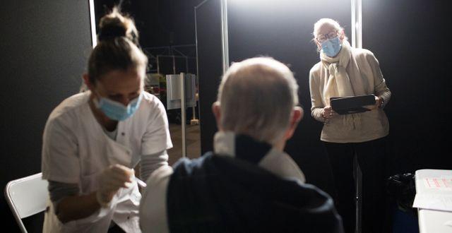 En man vaccineras i Le Cannet, södra Frankrike, tidigare i januari  Daniel Cole / TT NYHETSBYRÅN