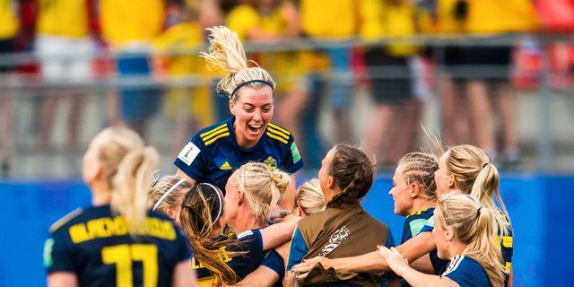 Linda Sembrant firar med landslaget i kvartsfinalen mot Tyskland.  SIMON HASTEGÅRD / BILDBYRÅN