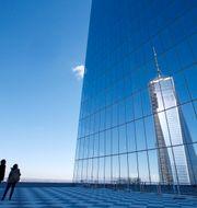 Arkivbild: Reflektion av One World Trade Center från en terrass på byggnaden 4 World Trade Center. MIKE SEGAR / TT NYHETSBYRÅN