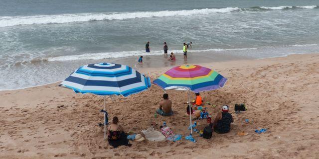 Turister på stranden i Mazatlan, Mexiko. DANIEL SLIM / AFP