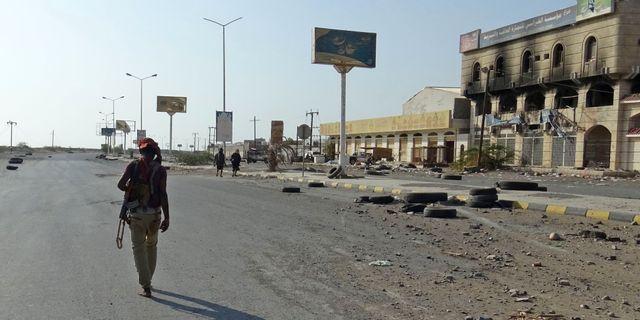 En medlem i de regeringstrogna styrkorna i Hodeida på lördagen.   - / AFP