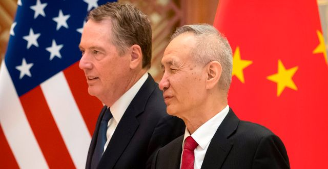 Arkivbild: USA:s handelsrepresentant Robert Lighthizer tillsammans med Kinas vice premiärminister Liu He.  MARK SCHIEFELBEIN / POOL