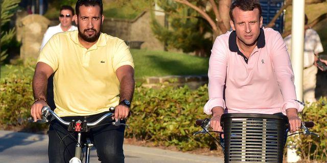 Alexandre Benalla och Emmanuel Macon på cykeltur. CHRISTOPHE ARCHAMBAULT / AFP