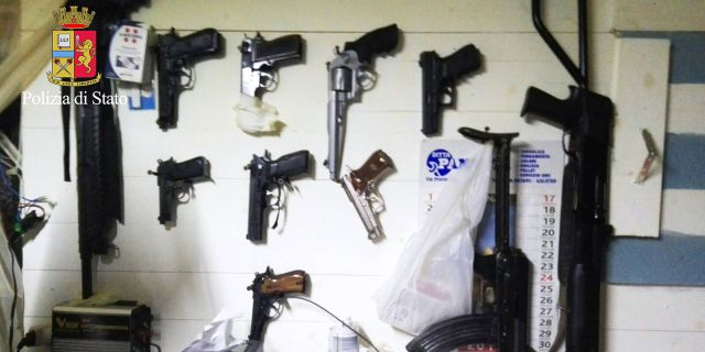 Arkiv. Beslagtagna vapen efter ett tillslag i Italien den 29 januari. ITALIAN POLICE / HO