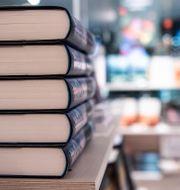 Böcker på hög i en butik. Arkivbild.  Amir Nabizadeh/TT / TT NYHETSBYRÅN