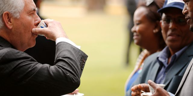 Rex Tillerson i Addis Abeba, blir serverad kaffe under en ceremoni. JONATHAN ERNST / TT / NTB Scanpix