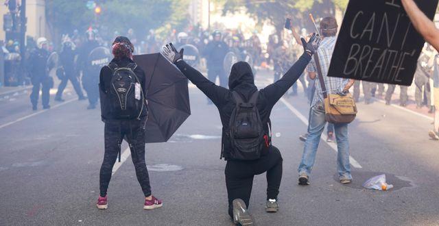 Demonstranter i närheten av Vita huset.  Evan Vucci / TT NYHETSBYRÅN