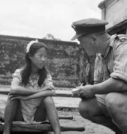 """En kinesisk """"tröstekvinna"""" förhörs av en amerikansk soldat efter kriget. Wikimedia"""