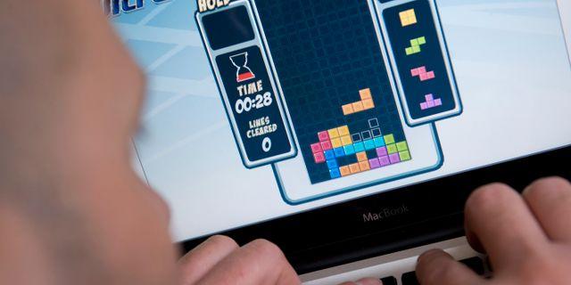 En person spelar Tetris på dator.  FREDRIK SANDBERG / TT / TT NYHETSBYRÅN
