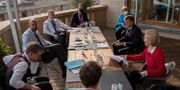 Europeiska rådets ordförande Charles Michel, i mitten till vänster, i samtal med Tysklands förbundskansler Angela Merkel, Frankrikes president Emmanuel Macron och EU-kommissionens Ursula von der Leyen (alla tre till höger om bordet) Francisco Seco / TT NYHETSBYRÅN
