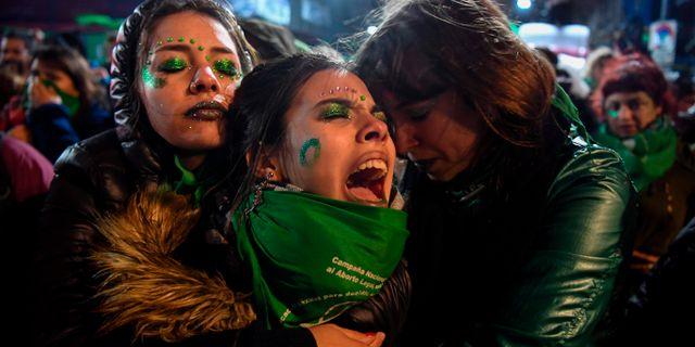 Förespråkare för förslaget om att legalisera abort sörjer i Argentina. EITAN ABRAMOVICH / AFP