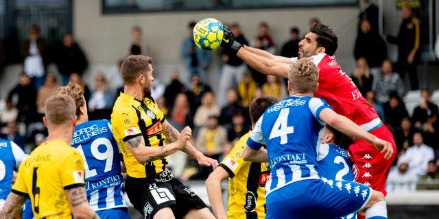 IFK:s målvakt Giannis Anestis boxar ut bollen under lördagens Allsvenska fotbollsmatch mellan BK Häcken och IFK Göteborg på Bravida Arena. Adfam Ihse/TT / TT NYHETSBYRÅN