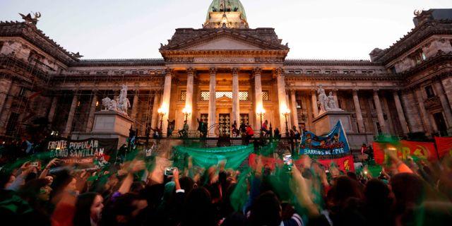 Argentinare demonstrerar för rätten till abort utanför parlamentet. EMILIANO LASALVIA / TT NYHETSBYRÅN