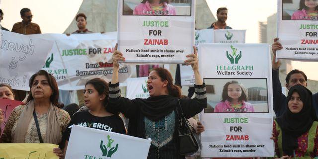 Arkivbild: Aktivister demonstrerade efter mordet på sjuåriga Zainab Ansari. Shakil Adil / TT / NTB Scanpix