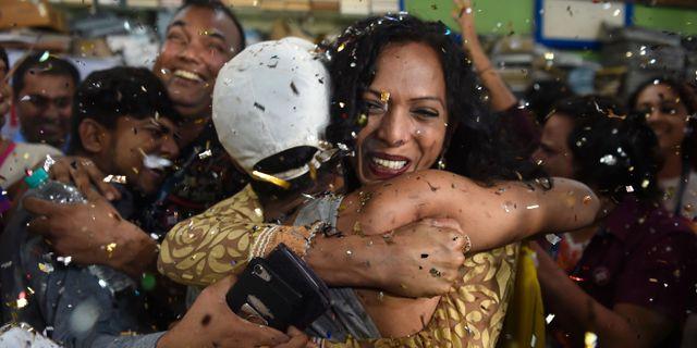 Jublande människor firar efter beskedet från Indiens högsta domstol INDRANIL MUKHERJEE / AFP