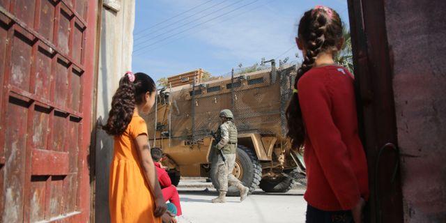 Turkiska styrkor patrullerar i den kurdiska staden Tal Abyad. BAKR ALKASEM / AFP