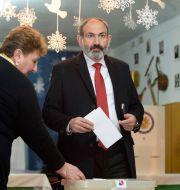 Nikol Pasjinian röstade på söndagen.  KAREN MINASYAN / AFP