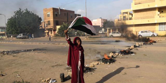 En sudanesisk kvinna protesterar i Khartum efter att fyra gymnasieelever skjutits ihjäl i El-Obeid.  ASHRAF SHAZLY / AFP