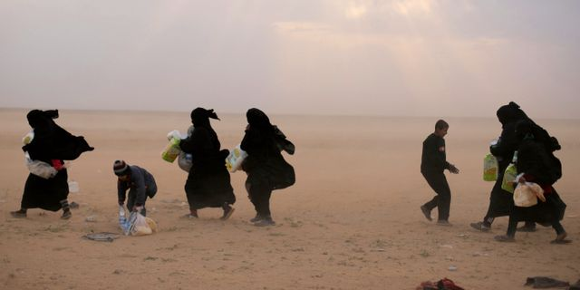Kvinnor lämnar Baghuz på fredagen. RODI SAID / TT NYHETSBYRÅN