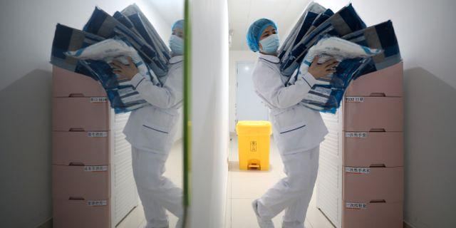 En sjukvårdare bär skyddande kläder i Wuhan, viruset epicentrum. CHINA DAILY / TT NYHETSBYRÅN