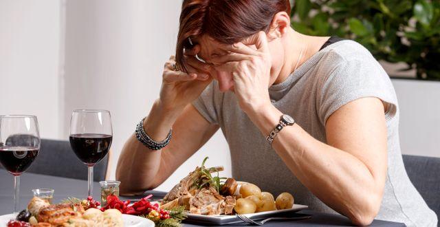 En kvinna håller huvudet i händerna/illustrationsbild.  Kallestad, Gorm / TT NYHETSBYRÅN