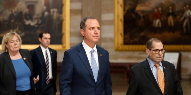 Adam Schiff på väg in i senaten. Julio Cortez / TT NYHETSBYRÅN