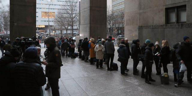 Reportrar på rad utanför domstolsbyggnaden.  JEENAH MOON / TT NYHETSBYRÅN