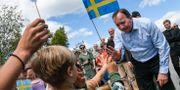 Statsminister Stefan Löfven tas emot av fritidsbarn på Hasslö i Blekinge skärgård på måndagen. Johan Nilsson/TT / TT NYHETSBYRÅN
