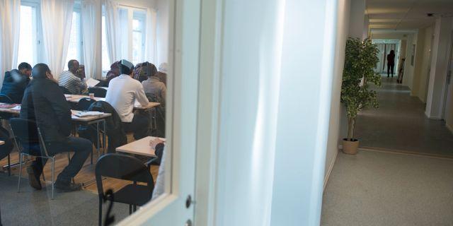 Asylsökande lär sig svenska på ett utbildningscenter för Sfi, svenska för invandrare i Täby. Fredrik Sandberg/TT / TT NYHETSBYRÅN