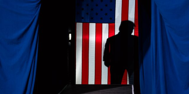 En skugga av Donald Trump faller över den amerikanska flaggan. Evan Vucci / TT NYHETSBYRÅN