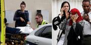 Skadade bärs in i ambulans utanför en av moskéerna i Christchurch. TT