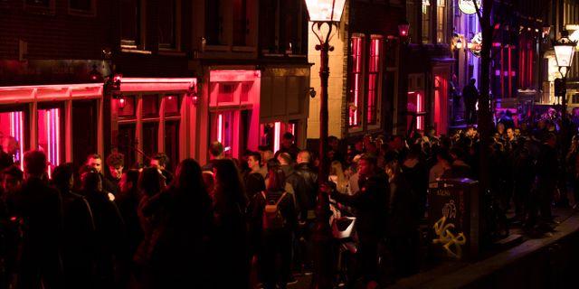 Besökare flockas i Red light district i Amsterdam.  Peter Dejong / TT NYHETSBYRÅN/ NTB Scanpix