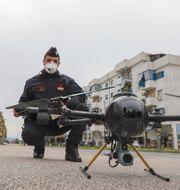 Polisen i smittans Italien använder drönare för att registrera hur människor rör sig. Fabio Sasso / TT NYHETSBYRÅN