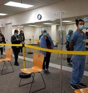 Sjukvårdare i USA står i kö för att få coronavaccin. Jeff Chiu / TT NYHETSBYRÅN