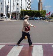 Kvinna med obligatorisk ansiktsmask i Rabat Mosa'ab Elshamy / TT NYHETSBYRÅN