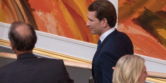 Sebastian Kurz lämnar plenisalen efter omröstningen. ALEX HALADA / AFP