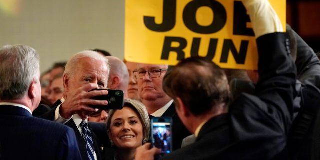 Joe Biden anklagas av kvinnor för närmanden. Arkivbild. Kevin Lamarque / TT NYHETSBYRÅN