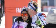 Emil Jönsson firas sambon Anna Haag efter målgången i herrarnas jaktstart 15 km i världscupen i Falun på söndagen. Det var hans sista elitlopp när han nu lägger skidorna på hyllan som Anna gjorde tidigare i dag. Ulf Palm/TT / TT NYHETSBYRÅN