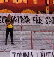 Luleå-supporter på en i övrigt tom läktare.  SIMON ELIASSON / BILDBYRÅN