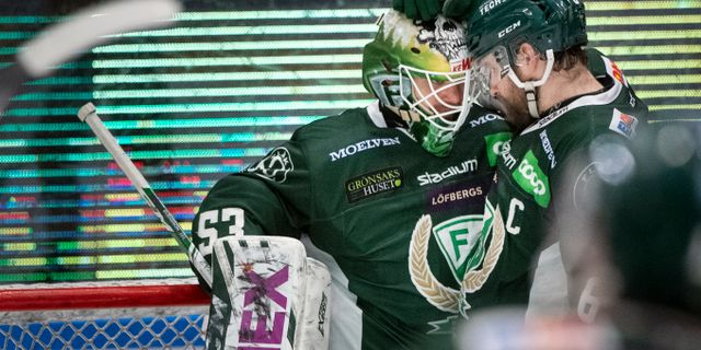 Mikael Wikstrand kramar om målvakten Markus Svensson.  Tommy Pedersen/TT / TT NYHETSBYRÅN