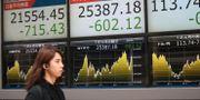 Arkivbild: Kvinna går förbi börsskylt i Tokyo. Koji Sasahara / TT NYHETSBYRÅN/ NTB Scanpix