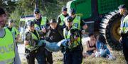 Demonstrant bärs bort av polis i Ojnareskogen, 2012. Karl Melander / TT NYHETSBYRÅN